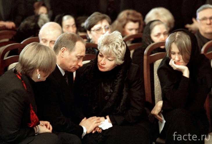 Путин на похоронах Собчака