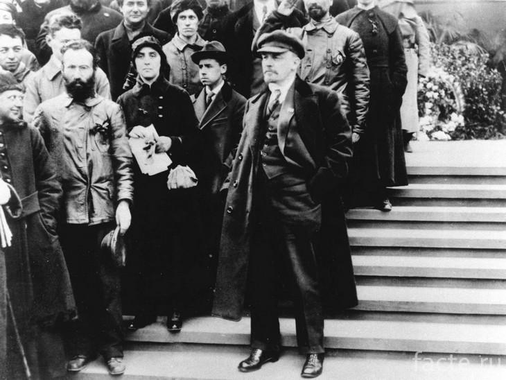 Ленин на ступенях