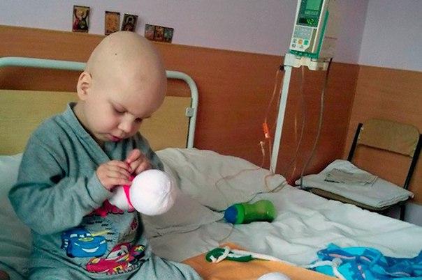 Четырехлетний мальчик сам заработал на лечение рака