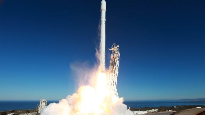 Возвращаемая ракета Falcon 9 взорвалась при посадке