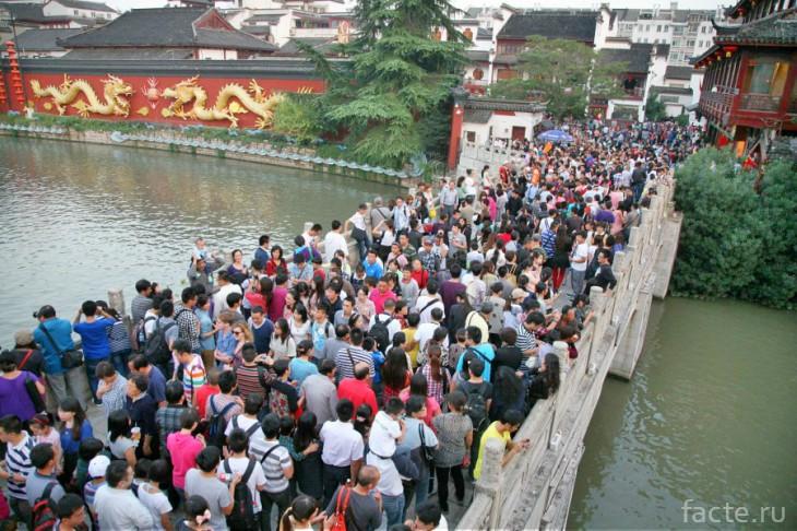 Толпа на мосту в Китае