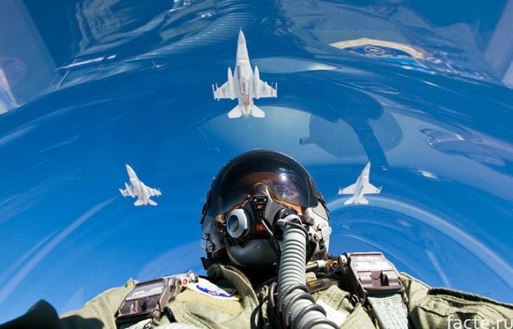 Летчик за штурвалом истребителя
