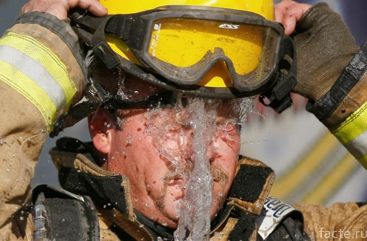 Пожарный обливается водой