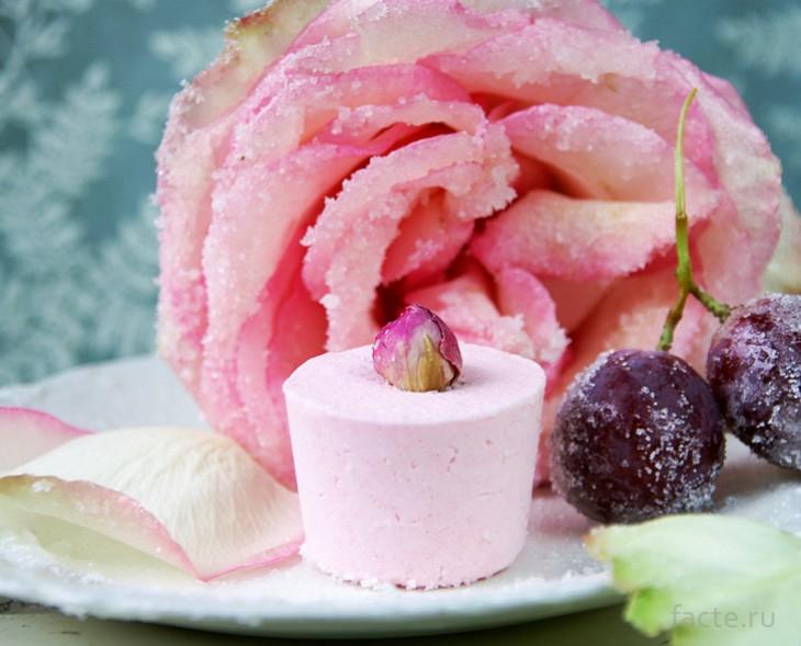 Мороженое с засахаренной розой