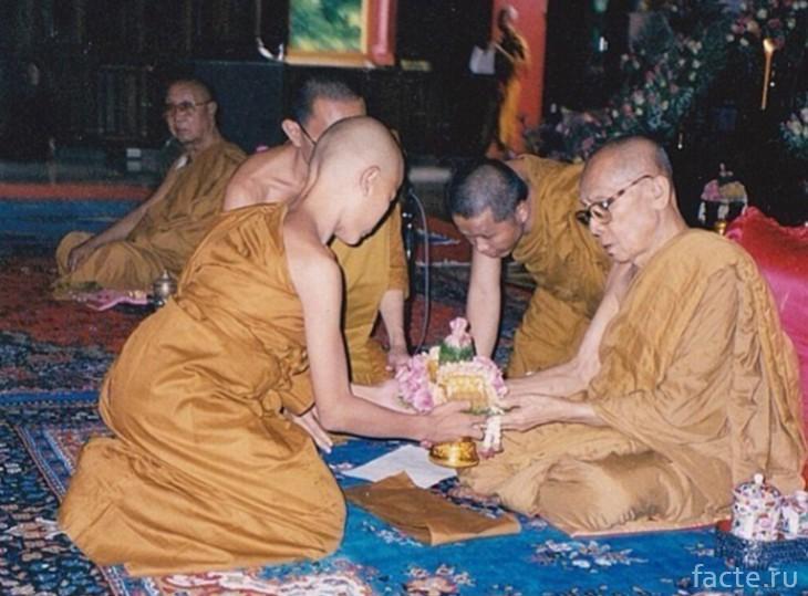 трансгендер монах