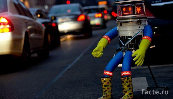 HitchBOT голосует на дороге