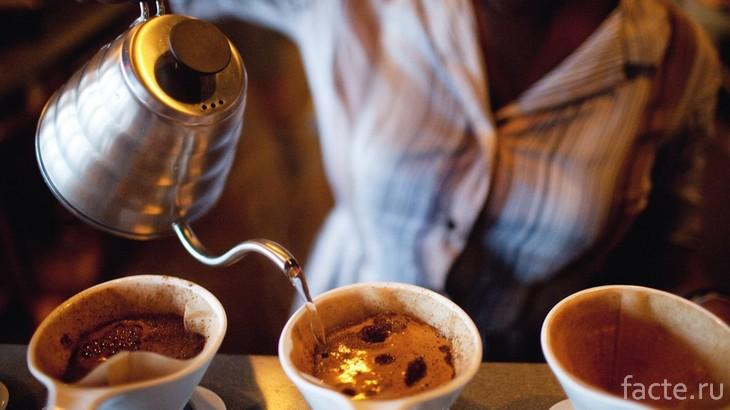 Разливают кофе