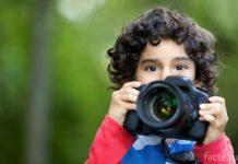 Ребенок делает фото