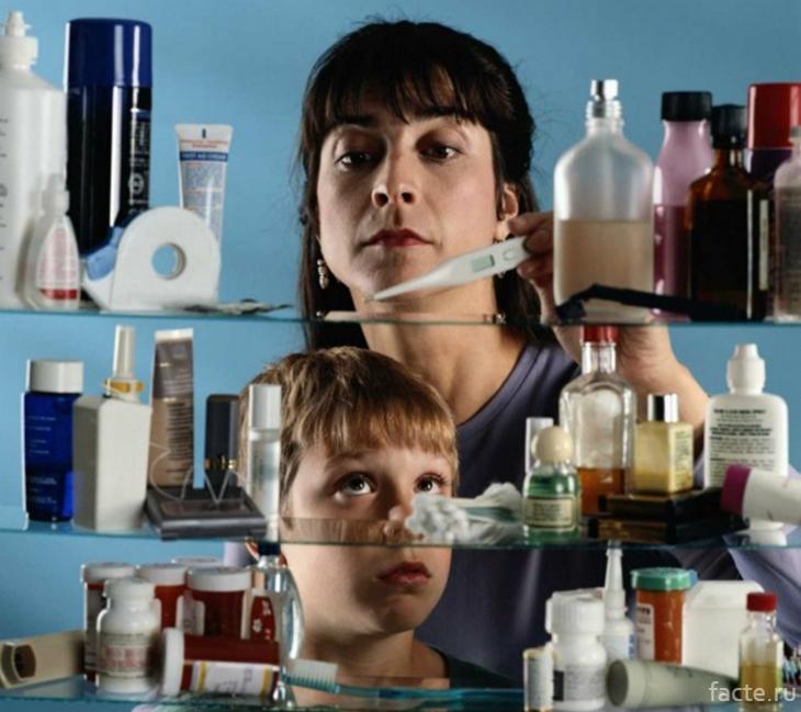 Женщина и ребенок перед аптечкой