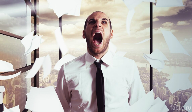 Мужчина кричит на работе