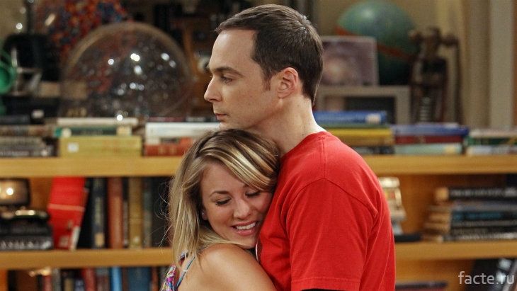 Пенни обнимает Шелдона