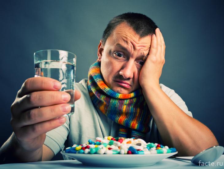 Мужчина и гора таблеток