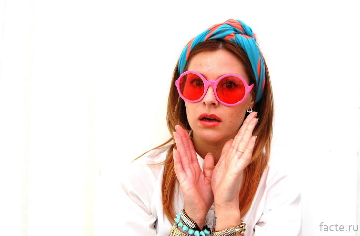 Девушка в розовых очках