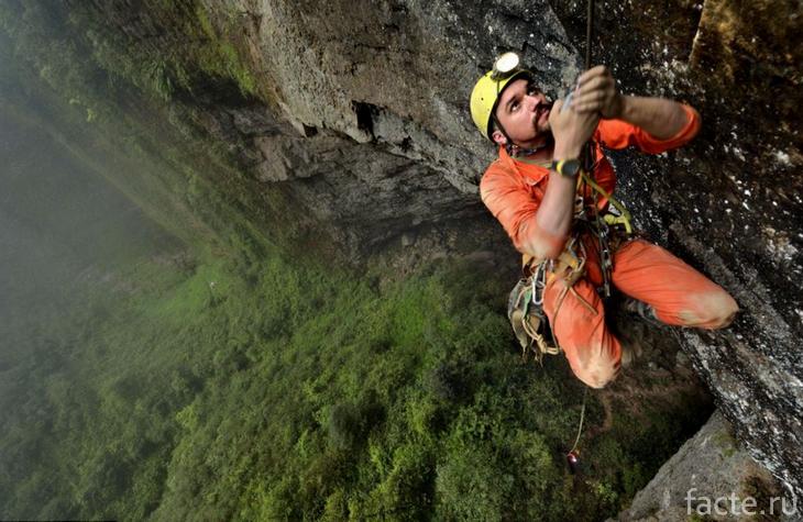 Один из исследователей пещеры Эр Ванг Донг
