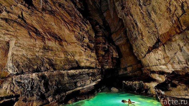 Река в пещере Эр Ванг Донг