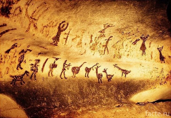 Наскальная живопись на сводах пещеры