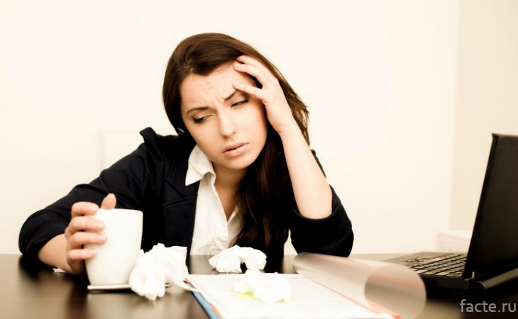 У девушки на работе болит голова