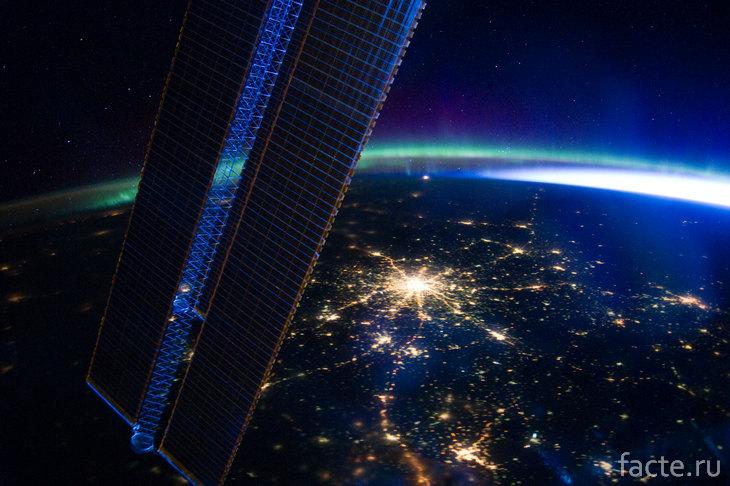 Вид на ночной город из космоса