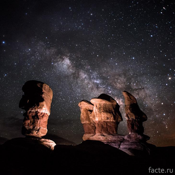Ночное небо над скалами