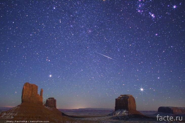 Синее ночное небо в пустыне