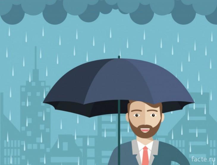 Улыбающийся в дождь мужчина