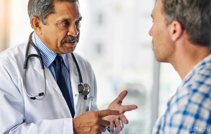 Врач разъясняет пациенту