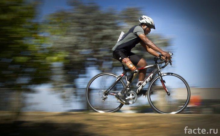 Эммануэль Офосу Ибоа едет на велосипеде