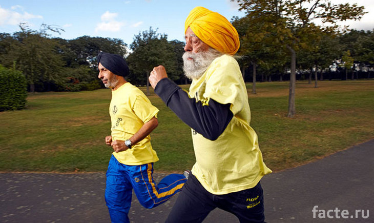 Фауджа Сингх бежит вместе с тренером