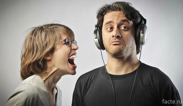 Девушка кричит на парня, который не слушает