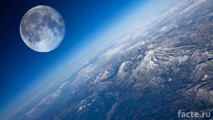 Вид на Луну из космоса