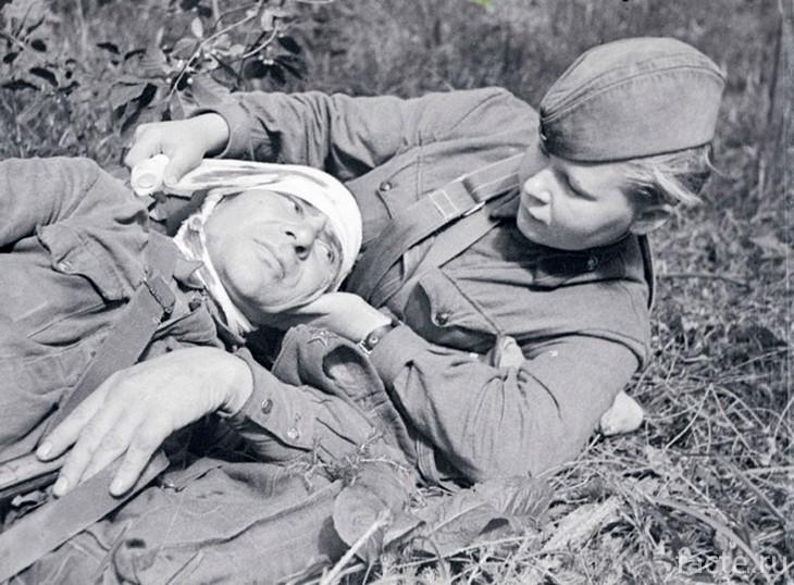 Медсестра спасает солдата