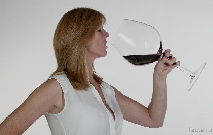 Девушка пьет из большого