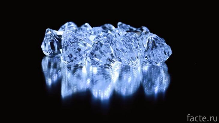 Бриллианты, светящиеся голубым