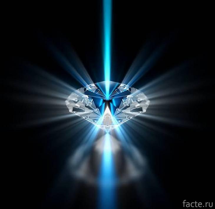 Бриллиант, светящийся голубым
