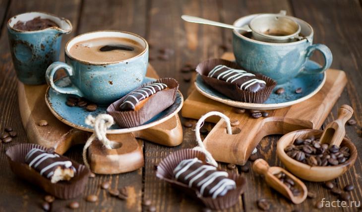 Две чашки кофе и сладости