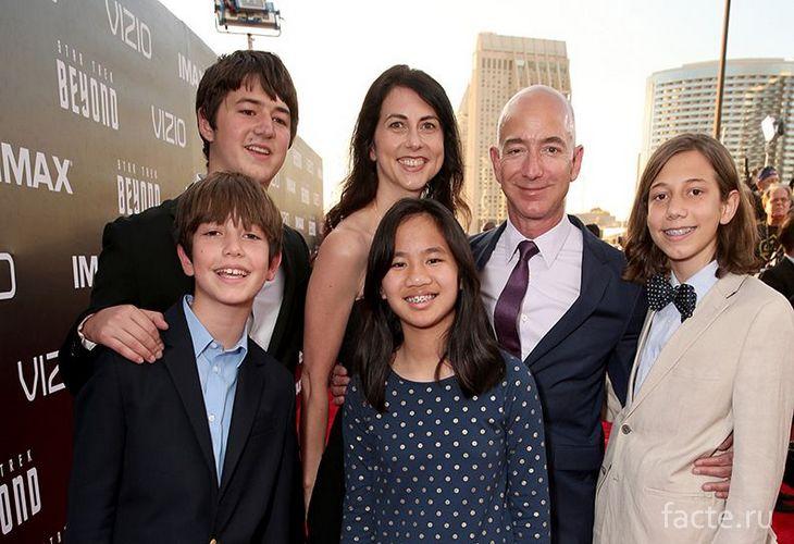 Джефф Безос с женой и детьми