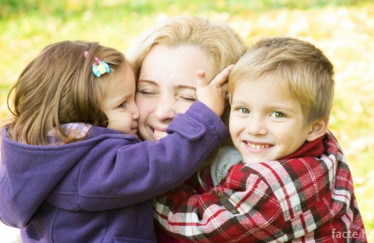 Дети обнимают маму