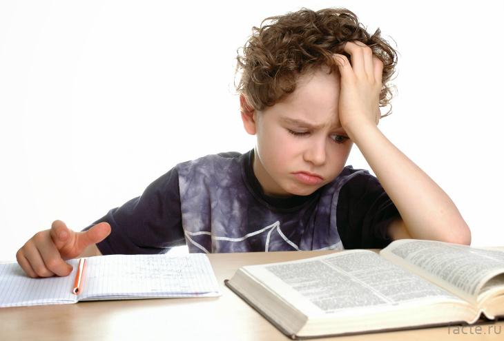 Мальчик трудится над домашним заданием