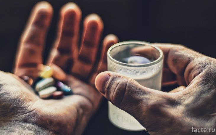 Горсть таблеток в руке