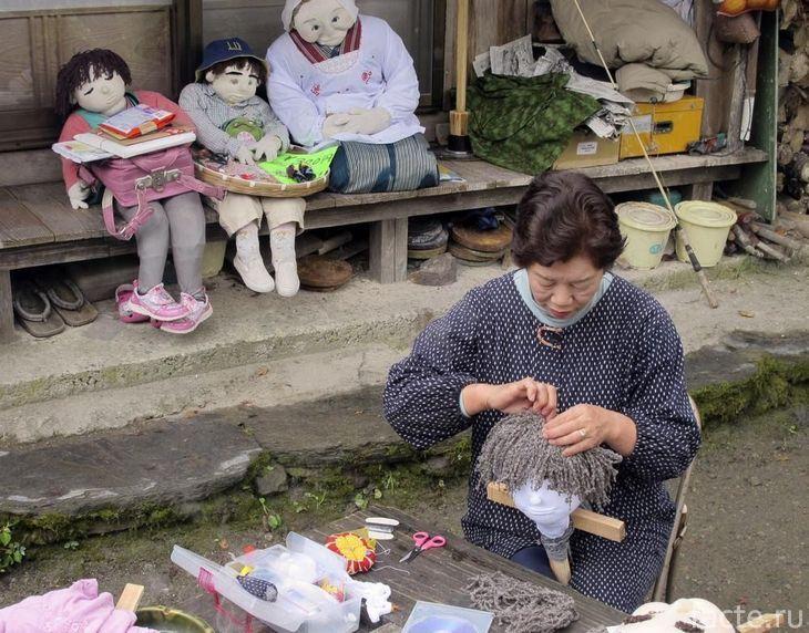 Аяно Цукими делает куклу