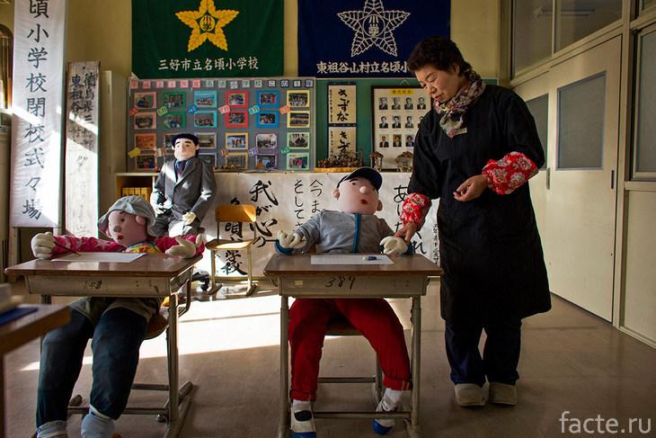 Аяно Цукими в школе с куклами