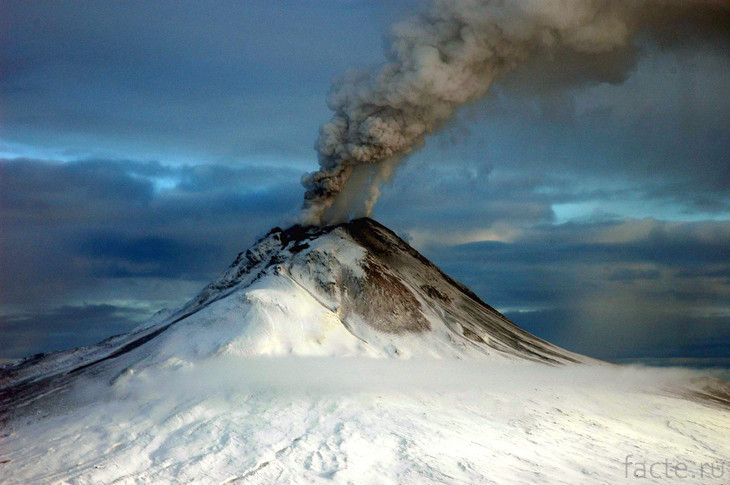 Вулкан Редаут. Дым