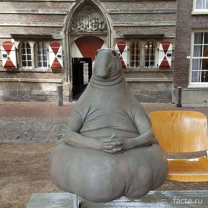 Скульптура во дворе больницы