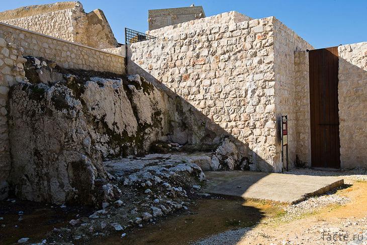 Остатки стен крепости