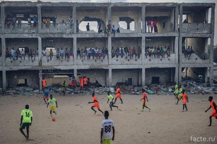 В разрушенной школе в Сомали