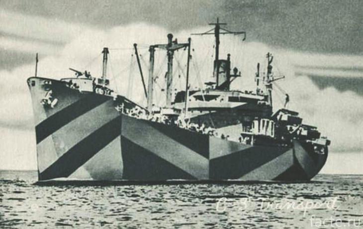 Корабль с яркой маскировкой