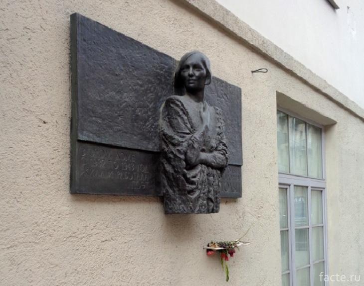 Мемориальная доска в честь Ольги Берггольц