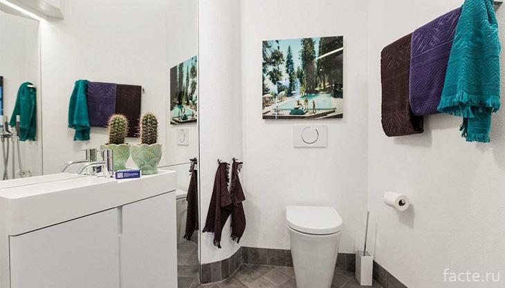 Яркие аксессуары оживили интерьер ванной комнаты