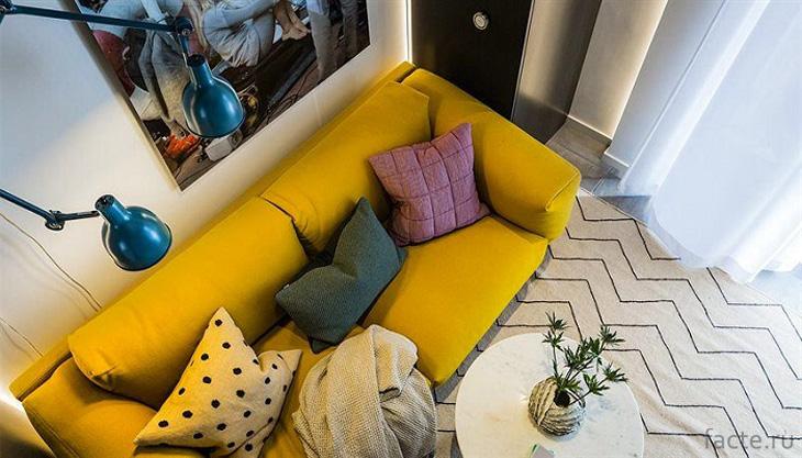 Желтый диван способен оживить любой интерьер
