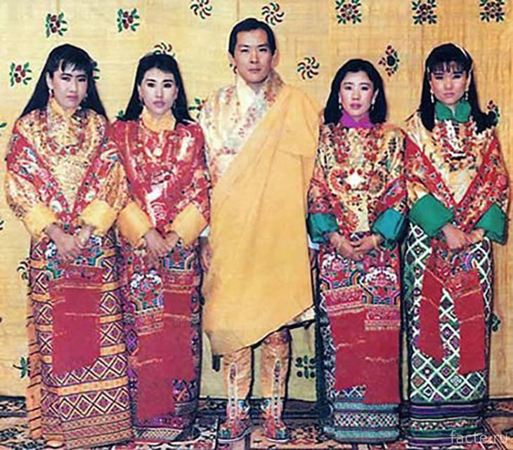 Король Бутана Джигме Сингье Вангчук и его четыре жены, являющиеся сестрами